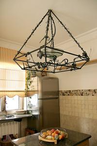 Кованая мебель, люстры и другие аксессуары «металлического» дизайна интерьера